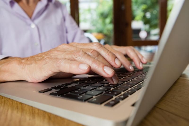 """Stovky řetězových e-mailů měsíčně se snaží zmanipulovat seniory. Pomoci má kampaň """"Za sebe""""."""