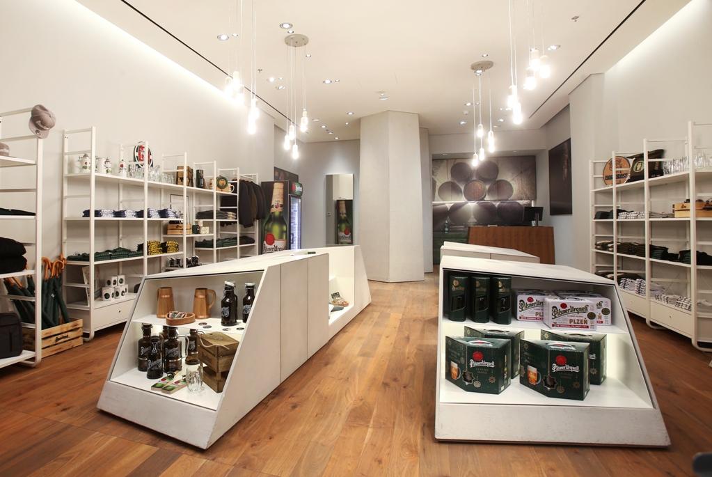 Plzeňský Prazdroj otevřel novou dárkovou prodejnu v centru Prahy, nabízí pivo i oblečení